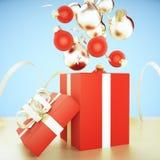 Rojo del árbol de navidad y bolas del oro, estrellas del oro y cajas de regalo rojas Fotos de archivo