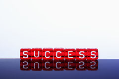 Rojo del éxito en blanco Fotos de archivo