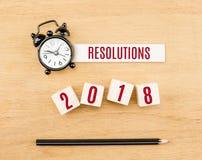 Rojo del Año Nuevo de las resoluciones 2018 en el cubo de madera con el lápiz y el reloj Fotografía de archivo libre de regalías
