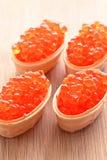 Rojo del caviar, dispersado en cuatro cabezas de un hueso de la galleta Imagenes de archivo