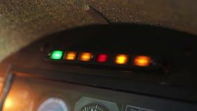 Rojo del centelleo del indicador la alarma de incendio en el panel de la carlinga, señal de peligro de la emergencia almacen de metraje de vídeo