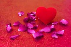 Rojo del corazón del día feliz del ` s de la tarjeta del día de San Valentín Fotografía de archivo