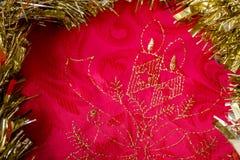 Rojo del fondo de la Navidad y textura del oro Foto de archivo libre de regalías
