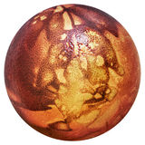 Rojo del huevo de Pascua teñido y adornado con las impresiones de las hojas de la mala hierba aisladas en el fondo blanco Fotografía de archivo libre de regalías