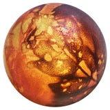 Rojo del huevo de Pascua teñido y adornado con las impresiones de las hojas de la mala hierba aisladas en el fondo blanco Fotos de archivo