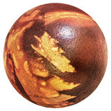 Rojo del huevo de Pascua teñido y adornado con las impresiones de las hojas de la mala hierba aisladas en el fondo blanco Foto de archivo libre de regalías