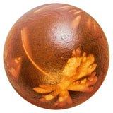 Rojo del huevo de Pascua teñido y adornado con las impresiones de las hojas de la mala hierba aisladas en el fondo blanco Imagen de archivo libre de regalías
