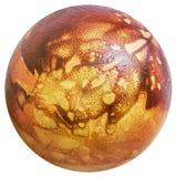 Rojo del huevo de Pascua teñido y adornado con las impresiones de las hojas de la mala hierba aisladas en el fondo blanco Fotografía de archivo