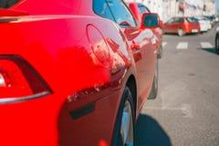 Rojo deportes aparcamiento en la calle Árbol en campo foto de archivo libre de regalías