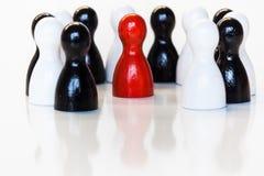 Rojo en un grupo de estatuillas blancos y negros del juguete Fotografía de archivo libre de regalías