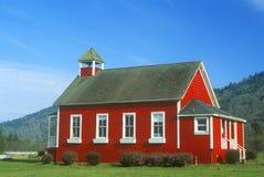Rojo, escuela del uno-cuarto, laguna de piedra en PCH, CA septentrional imagen de archivo libre de regalías