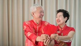 Rojo mayor chino asiático del Año Nuevo de los pares envolver festival feliz imágenes de archivo libres de regalías