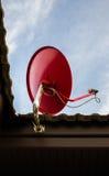 Rojo por satélite en el tejado Foto de archivo libre de regalías