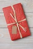 Rojo presente en la madera blanca Fotos de archivo libres de regalías