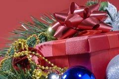 Rojo presente en un árbol de navidad fotos de archivo