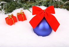 Rojo presente y bola azul con la cinta Fotografía de archivo