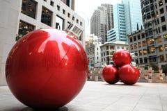 Rojo que adorna bolas en la calle Fotografía de archivo