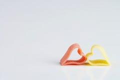 Rojo tallarines en forma de corazón amarillos - herzfoermige de memoria NU del gelbe del und Imágenes de archivo libres de regalías
