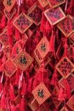 Rojo tradicional que desea sobres con deseo manuscrito Ejecución roja de la placa de la tarjeta de felicitación en desear el árbo Fotos de archivo