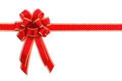 Rojo y arco y cinta del regalo del oro Fotos de archivo libres de regalías