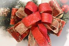 Rojo y arqueamiento de la Navidad del oro fotos de archivo