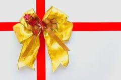 Rojo y arqueamiento de la Navidad del oro Foto de archivo libre de regalías