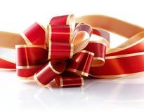 Rojo y arqueamiento del regalo del oro Fotografía de archivo