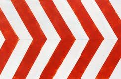 Rojo y blanco raya el fondo del primer Muro de cemento pintado imagen de archivo libre de regalías