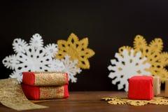 Rojo y cajas de regalo de la Navidad del oro con los copos de nieve en backg negro Imágenes de archivo libres de regalías