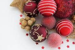 Rojo y decoraciones de la Navidad del oro en el fondo blanco Foto de archivo libre de regalías