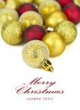 Rojo y la Navidad Baubels del oro fotografía de archivo libre de regalías