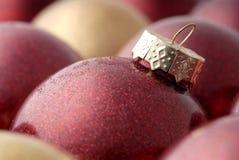 Rojo y ornamentos de la Navidad del oro Imagen de archivo libre de regalías