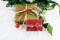 Rojo y regalos envueltos verde Fotos de archivo