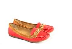 Rojo y zapatos de cuero femeninos de la gamuza marrón imagenes de archivo