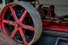 Rojos viejos ruedan adentro la maquinaria Fotografía de archivo