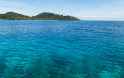Rok öseascape på Krabi, Thailand Royaltyfria Bilder