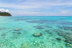 Rok öseascape på Krabi, Thailand Arkivbilder