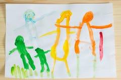 3 rok dzieciaki rysuje szczęśliwego rodzinnego obrazek na drewnianym stole  Zdjęcia Stock