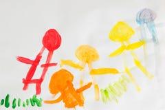 3 rok dzieciaki rysuje szczęśliwego rodzinnego obrazek na drewnianym stole  Fotografia Stock