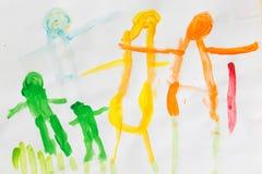 3 rok dzieciaki rysuje szczęśliwego rodzinnego obrazek na drewnianym stole  Zdjęcia Royalty Free