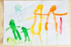 3 rok dzieciaki rysuje szczęśliwego rodzinnego obrazek na drewnianym stole  Fotografia Royalty Free