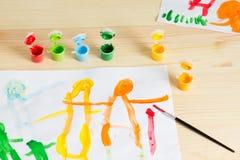 3 rok dzieciaki rysuje szczęśliwego rodzinnego obrazek na drewnianym stole  Zdjęcie Royalty Free