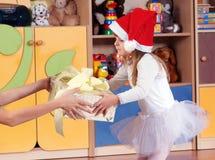 Rok dziewczyna bawić się i uczy się w preschool Zdjęcia Stock