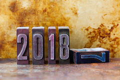 2018 rok kartka z pozdrowieniami zaproszenia plakat Retro letterpress cyfry Rocznika metalu ośniedziały textured tło shalna obraz stock