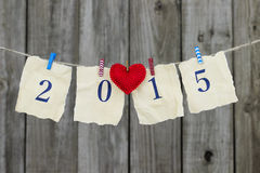 Rok 2015 na antyka papierze z czerwonym kierowym obwieszeniem na clothesline podławym drewna ogrodzeniem Obraz Stock