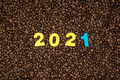 Rok 2021 na kawowych fasoli tle Zdjęcia Stock