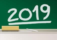 Rok 2019 napisze w kredzie na chalkboard szkolna klasa royalty ilustracja