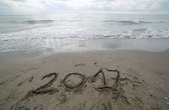 Rok 2017 pisać na piasku denny czekanie być rozjaśniającym b Zdjęcia Stock