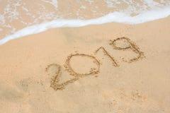 Rok 2019 pisać przy piasek plażą z morze fala wodą Zdjęcia Royalty Free