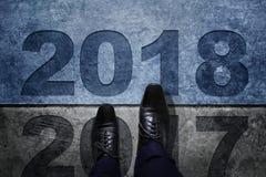 2018 rok pojęcie, biznesmen z Czarnymi Oxford butami Kroczy ove Obraz Royalty Free